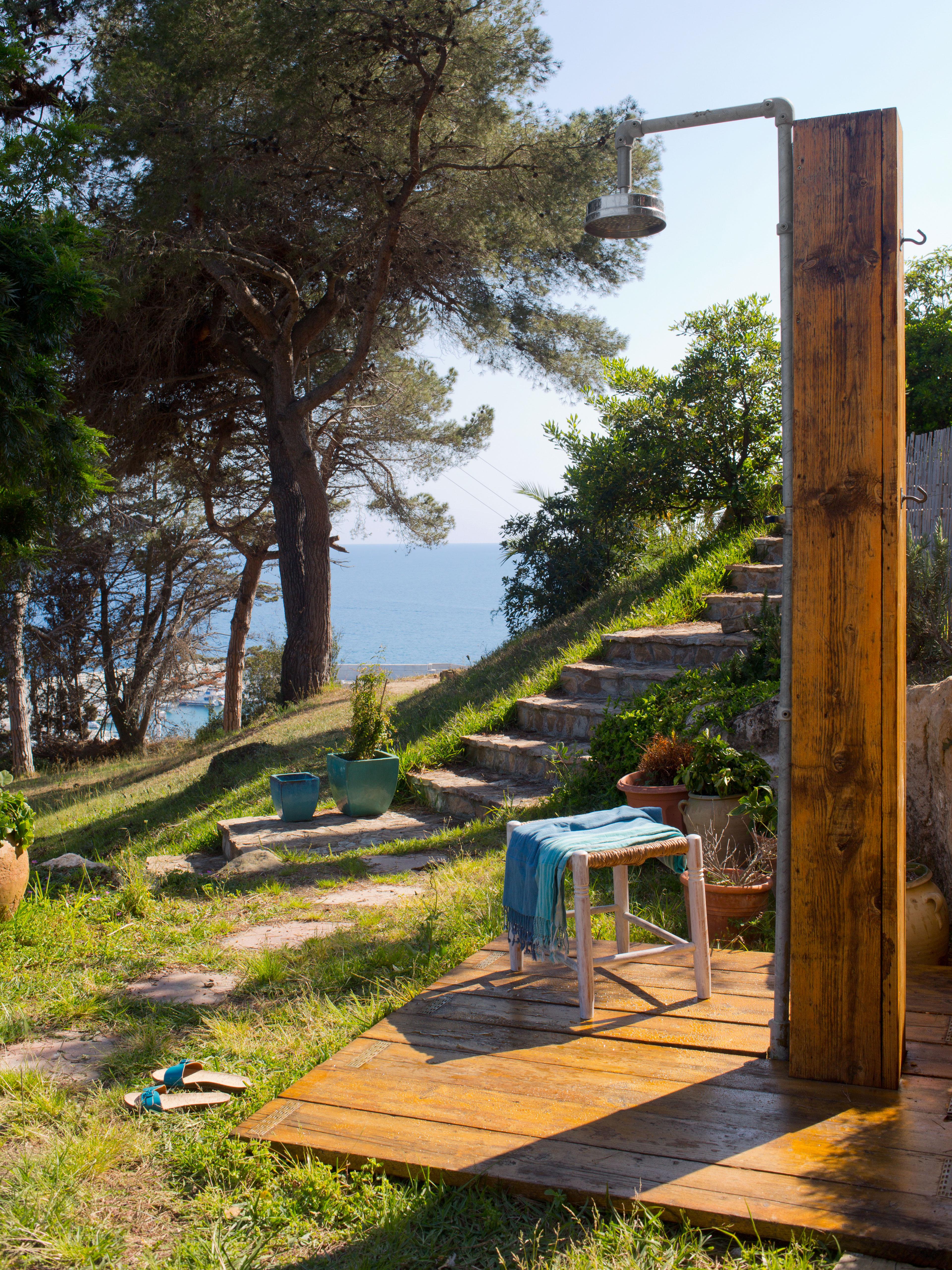 Avoir Une Douche Dans Le Jardin, Un Rêve ? Toujours Aussi Tendance, Ce  Petit Aménagement Donne Des Allures De Vacances à Votre Maison.