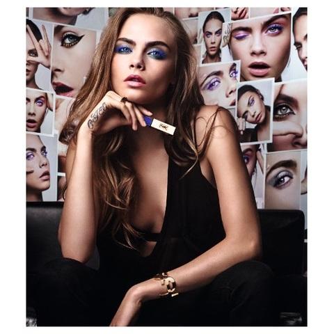Des cils caméléon avec Mascara Vinyl Couture d'Yves Saint Laurent
