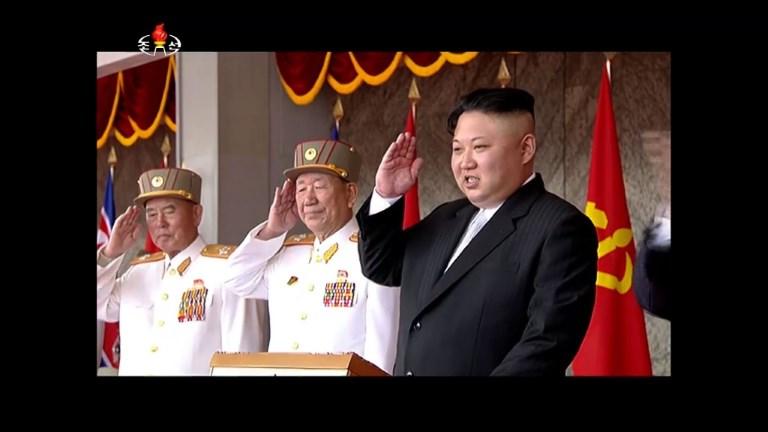 Pyongyang : Kim Jong-Un préside un défilé militaire