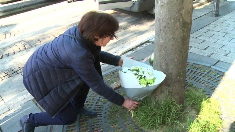 Policier tué: hommages de citoyens sur les Champs-Elysées