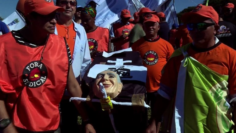 Des milliers de manifestant à Brasilia exigeant le départ de Tem