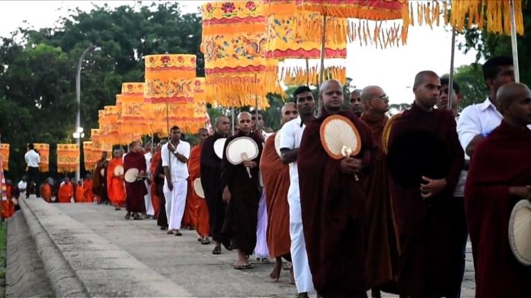 Des moines sri-lankais honorent les 213 victimes de la mousson