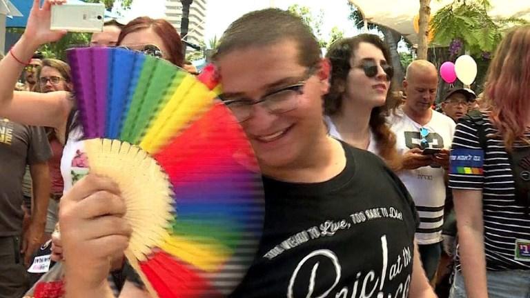Foule joyeuse à la Gay Pride de Tel-Aviv