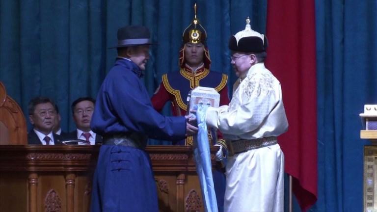 Mongolie : l'ex-lutteur prête serment en tant que président