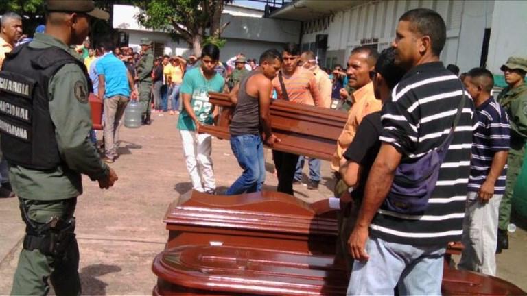 Venezuela: Les familles préparent les cercueils des 37 morts