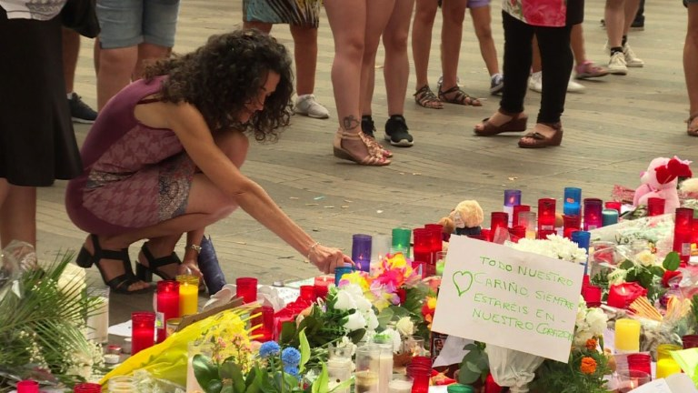 Barcelone: des fleurs déposées en hommage aux victimes