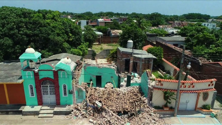 Mexique: les familles enterrent leurs proches victimes du séisme
