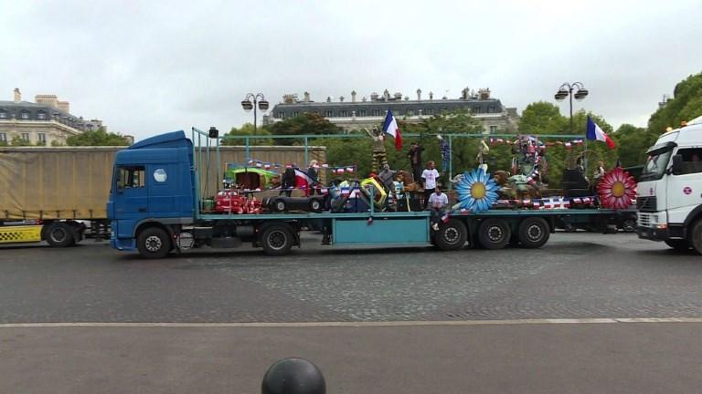Des camions de forains bloquent la Place de l'Etoile à Paris