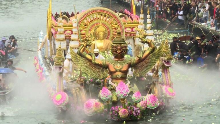 En Thaïlande, un festival de lancer de lotus