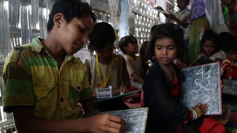 Bangladesh: pour les enfants rohingyas, l'école