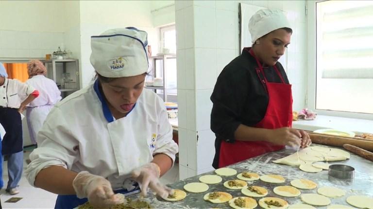 Rabat: dans un restaurant, des déficients mentaux en cuisine