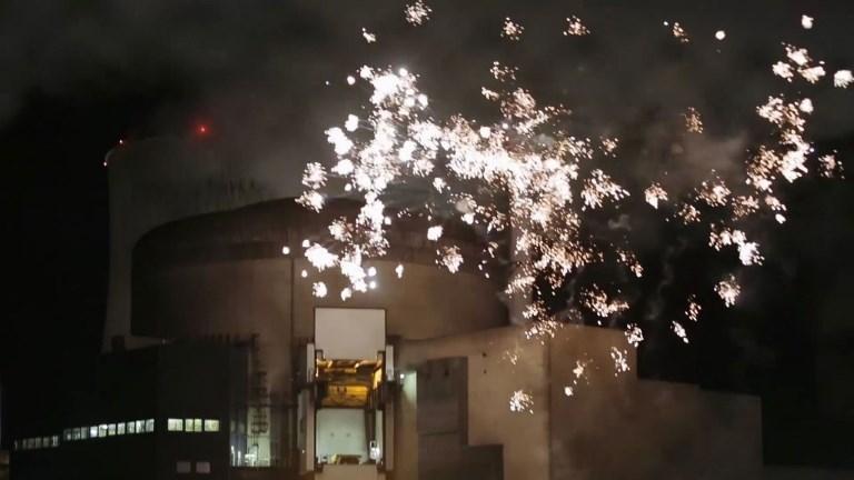 Feu d'artifice de Greenpeace devant une centrale nucléaire