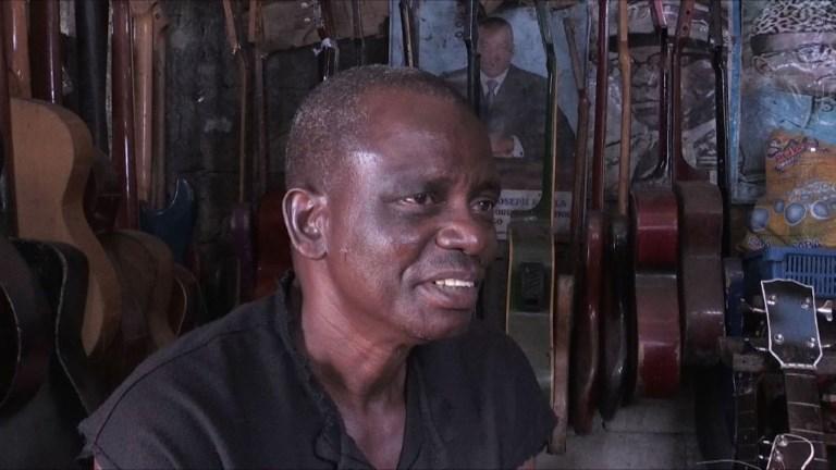 Socklo, luthier à Kinshasa: une vie pour la musique congolaise