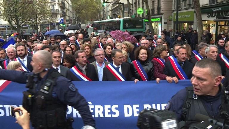Des élus tentent d'empêcher une prière de rue à Clichy (92)