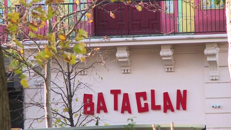 Des anonymes rendent hommage aux victimes du Bataclan