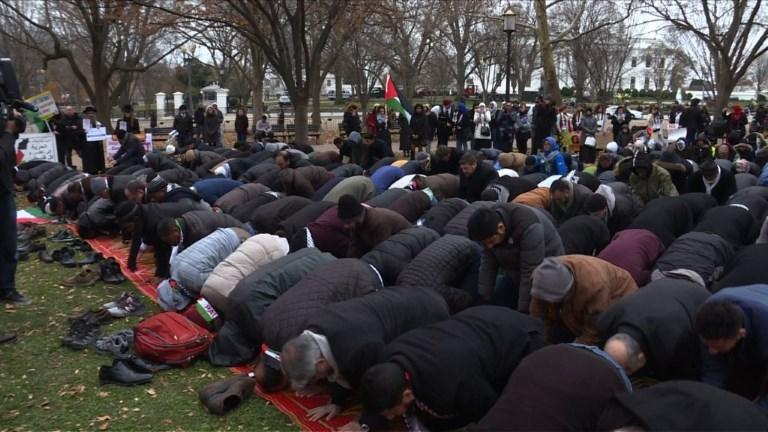 Des musulmans prient devant la Maison Blanche contre Trump