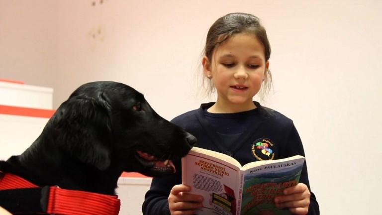 Le meilleur ami de l'homme aide les enfants lituaniens à lire