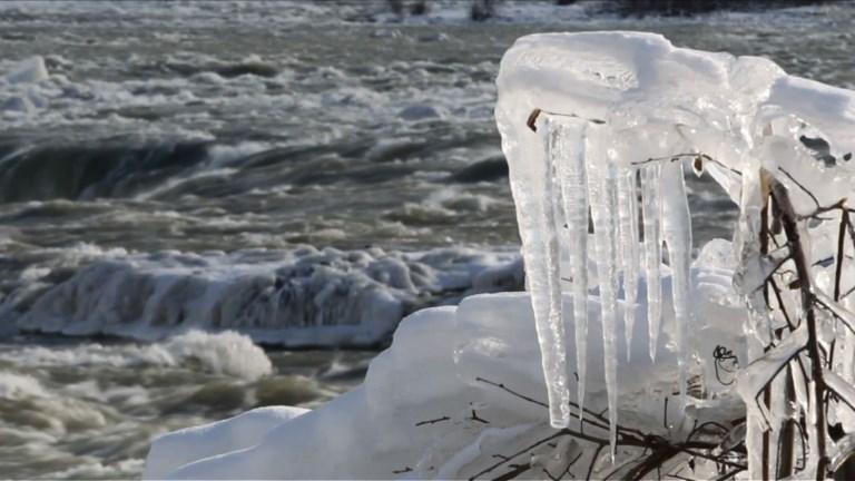 Les chutes du Niagara partiellement gelées