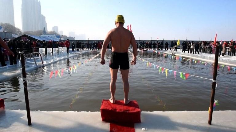 Chine: une compétition de natation dans une piscine glacée