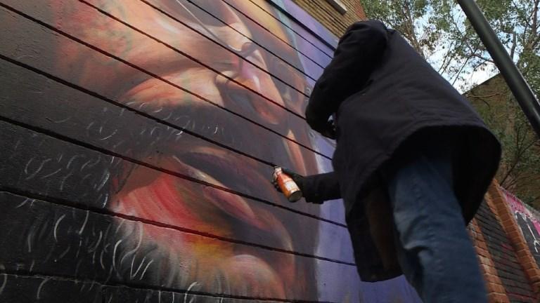 A Londres, le street artiste Dreph célèbre l'immigration