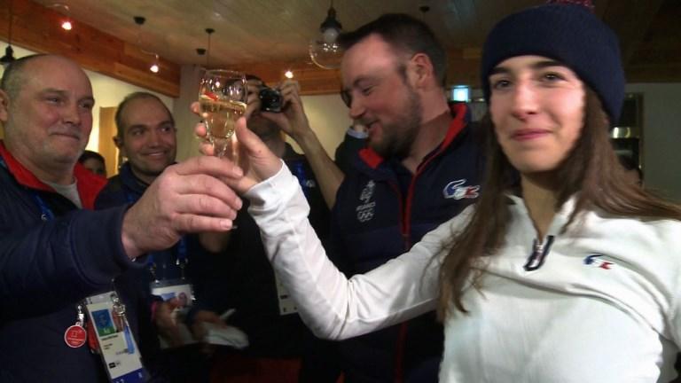 JO: Perrine Laffont fête sa médaille d'or en ski de bosses