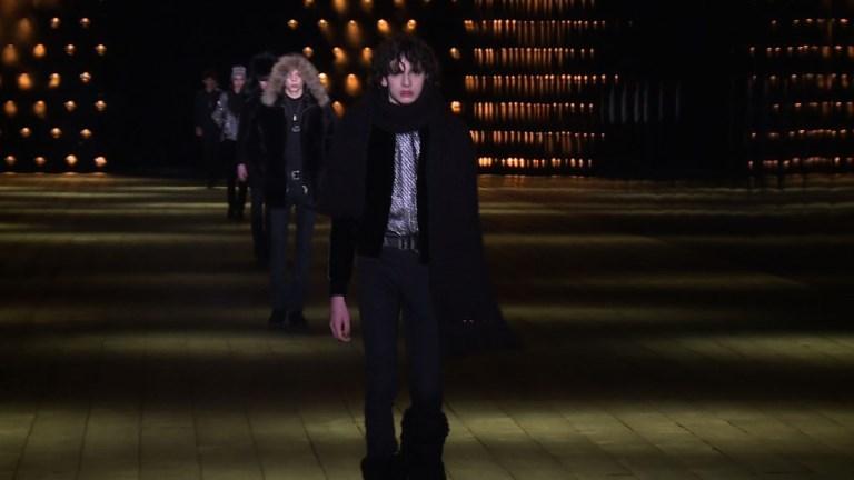 Fashion Week de Paris: Saint Laurent tout en jambes