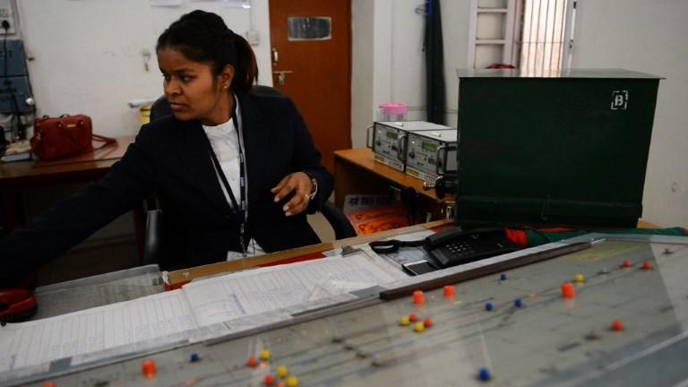 Des femmes aux commandes d'une gare en Inde