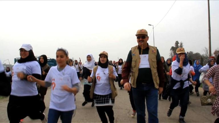 A Mossoul, des femmes courent un