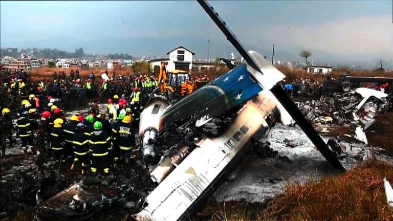 Au moins 49 morts dans un crash d'un avion bangladais au Népal