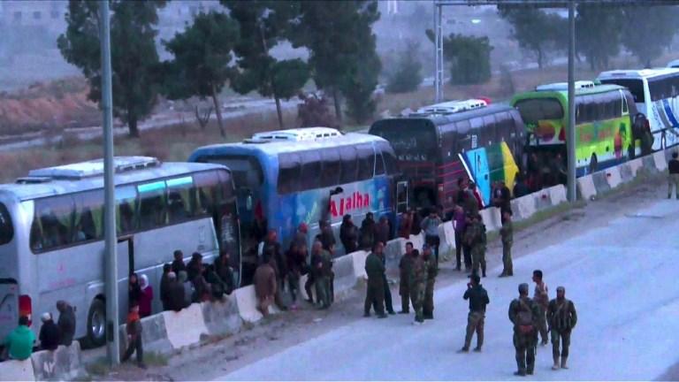 Evacuation de rebelles de la Ghouta où les raids continuent
