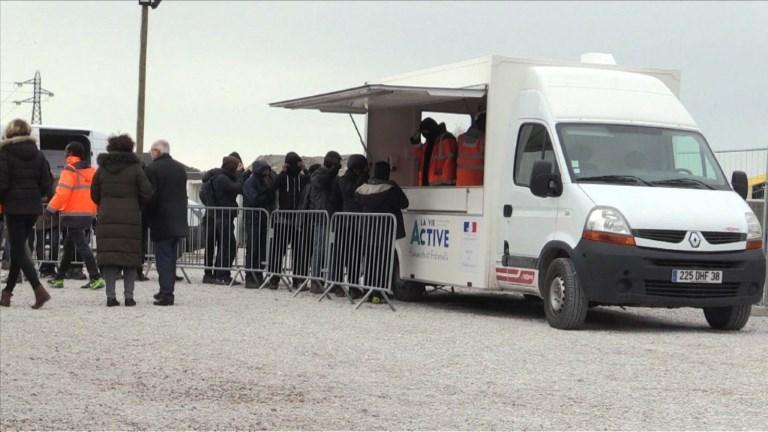 Calais: les migrants acceptent peu à peu les repas de l'Etat